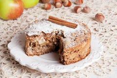 Torta de maçã caseiro na tabela, horizontal Imagens de Stock