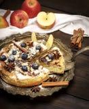 Torta de maçã cozida e maçãs frescas Fotografia de Stock Royalty Free
