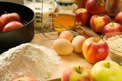 Torta de maçã do cozimento foto de stock