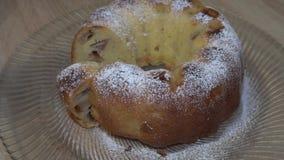 Torta de maçã fresca deliciosa no açúcar pulverizado filme
