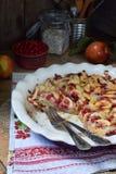 Torta de maçã orgânica caseiro com a airela no fundo de madeira Sobremesa do fruto pronto para comer Fotos de Stock