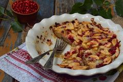 Torta de maçã orgânica caseiro com a airela no fundo de madeira Sobremesa do fruto pronto para comer Fotografia de Stock