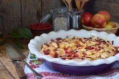 Torta de maçã orgânica caseiro com a airela no fundo de madeira Sobremesa do fruto pronto para comer Imagens de Stock