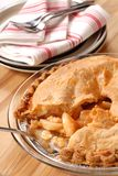 Torta de maçã profunda inteira do prato com uma crosta flaky Fotografia de Stock Royalty Free