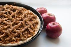 Torta de maçã recentemente cozida com maçãs Foto de Stock
