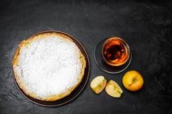 Torta de maçã tradicional com creme da baunilha Charlotte polonês uma sobremesa britânica favorita Pastelarias caseiros para o ch fotografia de stock royalty free