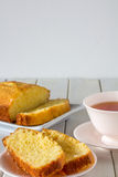 Torta de Madeira cortada en la placa con té Imagen de archivo