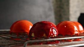 Torta de Massovoe con el esmalte del espejo Un trabajo del arte culinario El proceso del bastidor metrajes