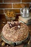 Torta de miel con las nueces y el chocolate rallado Fotografía de archivo libre de regalías