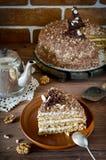 Torta de miel con las nueces y el chocolate rallado Imagen de archivo
