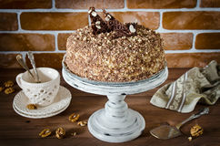 Torta de miel con las nueces y el chocolate rallado Foto de archivo