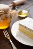 Torta de miel con vainilla y crema azotada Imagen de archivo