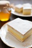 Torta de miel con vainilla y crema azotada Imagenes de archivo