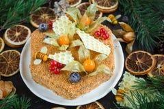 Torta de miel hecha casera, opinión superior sobre fondo oscuro foto de archivo