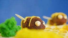 Torta de miel hermosa adornada con las abejas de la crema Torta de miel hermosa Abeja hermosa en la torta, primer Imagen de archivo