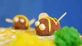 Torta de miel hermosa adornada con las abejas de la crema Torta de miel hermosa Abeja hermosa en la torta, primer Fotografía de archivo libre de regalías