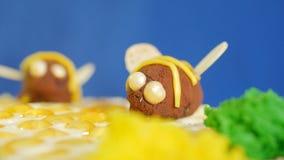 Torta de miel hermosa adornada con las abejas de la crema Torta de miel hermosa Abeja hermosa en la torta, primer Imágenes de archivo libres de regalías