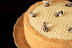 Torta de miel Medovik adornado con las abejas Imágenes de archivo libres de regalías