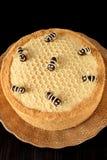 Torta de miel Medovik adornado con las abejas Foto de archivo