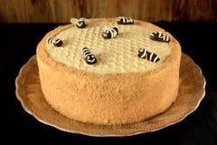 Torta de miel Medovik adornado con las abejas divertidas Fotos de archivo libres de regalías