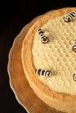 Torta de miel Medovik adornado con las abejas divertidas Imágenes de archivo libres de regalías