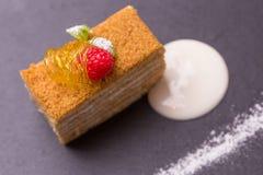 Torta de miel rebanada Fotografía de archivo