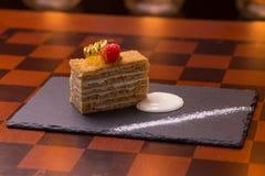 Torta de miel rebanada Fotos de archivo libres de regalías
