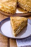 Torta de miel rebanada Imagenes de archivo