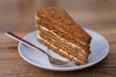 Torta de miel rebanada Foto de archivo