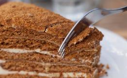Torta de miel rebanada Foto de archivo libre de regalías