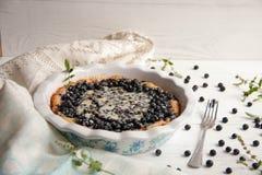 Torta de mirtilo com bagas frescas e leite condensado imagem de stock