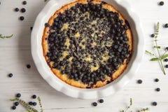 Torta de mirtilo com bagas frescas e leite condensado fotografia de stock