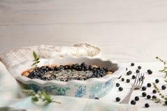 Torta de mirtilo com bagas frescas e leite condensado foto de stock royalty free