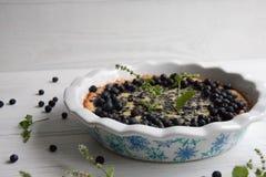 Torta de mirtilo com bagas frescas e leite condensado fotografia de stock royalty free