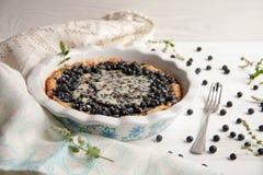 Torta de mirtilo com bagas frescas e leite condensado fotos de stock royalty free