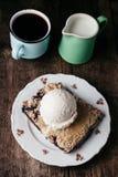 Torta de mirtilo fresca caseiro com gelado no fundo rústico Imagens de Stock