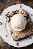 Torta de mirtilo fresca caseiro com gelado no fundo rústico Fotos de Stock Royalty Free