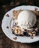 Torta de mirtilo fresca caseiro com gelado no fundo rústico Foto de Stock