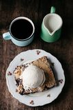 Torta de mirtilo fresca caseiro com gelado no fundo rústico Foto de Stock Royalty Free