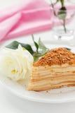 Torta de Napoleon y una rosa Foto de archivo libre de regalías