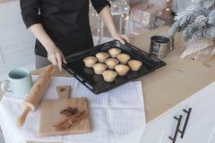 Torta de NCooking en la cocina fotos de archivo
