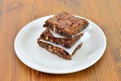 Torta de nuez del brownie del dulce de azúcar en la tabla de madera imagen de archivo libre de regalías