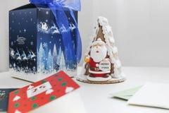 Torta de Papá Noel con las tarjetas de Navidad de la caja y de regalo Fotos de archivo