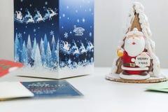 Torta de Papá Noel con las tarjetas de Navidad de la caja y de regalo Imágenes de archivo libres de regalías