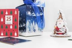 Torta de Papá Noel con las tarjetas de Navidad de la caja y de regalo Foto de archivo libre de regalías