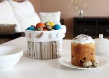 Torta de Pascua, cesta del textil con los huevos en la tabla de madera foto de archivo