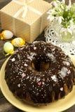 Torta de Pascua con la caja de regalo y los snowdrops Foto de archivo libre de regalías