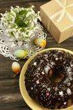 Torta de Pascua con la caja de regalo y los snowdrops Fotos de archivo libres de regalías