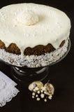 Torta de Pascua con la formación de hielo poner crema cerca de los huevos y de la flor de codornices Imagen de archivo libre de regalías