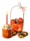 Torta de Pascua con la vela y cesta con los huevos Fotografía de archivo libre de regalías